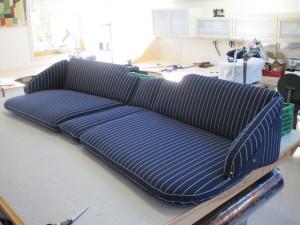 Og slik vart den ferdige sofaen. Stoffet me harbrukt her heiter Markilux Soft.